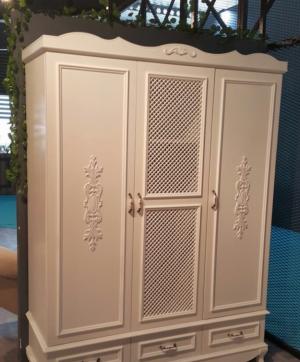 Распашные двери с декоративными накладками Электросталь